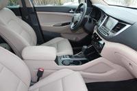 У кожаного водительского кресла удачный профиль и большой диапазон регулировок.