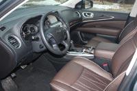 Водительское кресло регулируется по восьми направлениям и запоминает два варианта настроек