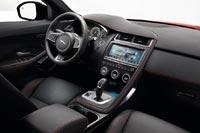 Хромированные элементы оживляют интерьер, подчеркивая молодежный стиль и спортивный характер автомобиля