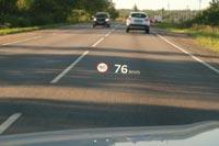 Важная информация проецируется на лобовое стекло на полноцветный TFT-проекционный дисплей
