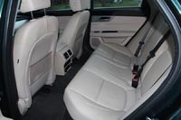 На заднем сидении просторно, места для ног хватает даже рослым пассажирам