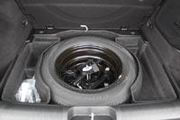 В подполье лежит полноразмерное запасное колесо и инструменты