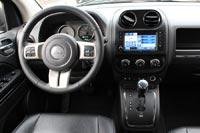 Темный интерьер тестового автомобиля гармонирует с черным цветом кузова