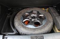 Под полом багажника полноразмерное запасное колесо