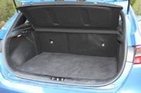 Объем багажника можно регулировать съемной панелью пола, которая выставляется в двух положениях