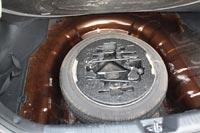 Под полом размещается полноразмерное запасное колесо с инструментом