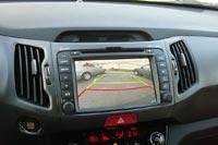 Камера заднего вида автоматически включается при движении задним ходом и показывает безопасное расстояние по объектов
