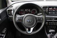 Баранка у Kia - новая, хваткая, с удобными кнопками и джойстиками для управления мультимедиа