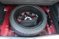 Под полом багажника полноразмерная запаска на литом диске