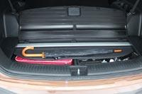 Под полом предусмотрено специальное место для хранения шторки  багажника