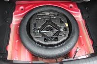 Под полом багажника запасное колесо - «докатка»
