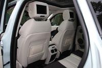 У задних пассажиров отдельная мультимедиа с 8-дюймовыми экранами в подголовниках передних сидений