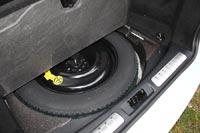 Под полом багажника запасное колесо - докатка