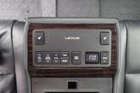 Задним пассажирам положен отдельный климат-контроль и пульт для управления мультимедиа