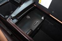 В боксе-подлокотнике беспроводная зарядка для сматфонов