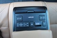 У задних пассажиров свой пульт управления климатом, комфортом и музыкой