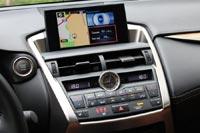 Экран развлекательной системы в NX по последней моде вырастает из торпедо - словно большой планшет