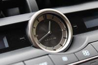 Фирменные аналоговые часы на своем месте