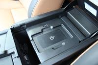 Беспроводная зарядка для смартфонов в боксе между передними сидениями
