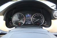 Циферблаты тахометра и спидометра разделены экраном бортового компьютера