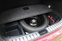 Под полом багажника ящик для мелочей и запасное колесо докатка