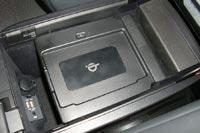 В боксе-подлокотнике предусмотрена беспроводная зарядка для смартфонов