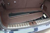 Есть специальная ниша для шторки под полом багажника