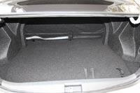 Объем багажника 475 л, но пользоваться им неудобно из-за узкого проема