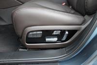 Передние сидения с электроприводом, водительское с памятью