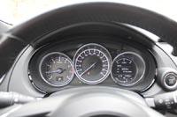 Приборная панель с тремя колодцами аналогична Mazda CX-5