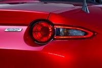 К нередко используемым в спорткарах круглым фонарям, добавлены узкие треугольные секции