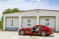 Благодаря обычным распашным дверям новый спорткар стал дешевле, а посадка в него – удобнее