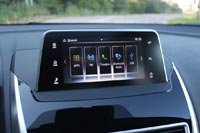 Современная мультимедийная система, управлять которой можно как с помощью тачпада, так и касаясь самого экрана