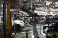 После нанесения роботом клея лобовое стекло устанавливается на автомобиль при помощи манипулятора