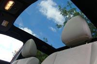 Благодаря панорамной крыше в автомобиле светло даже в пасмурный день
