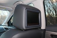 В спинки передних кресел встроены мониторы мультимедийной системы