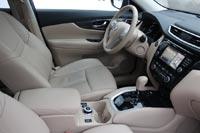 Водительское сидение регулируется электроприводом в шести направлениях и имеет поясничную регулировку