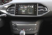 Центральная консоль порадует поклонников минимализма, на ней всего 5 кнопок и регулятор громкости аудиосистемы