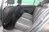 Сзади по-прежнему просторно, на сидении легко разместятся трое пассажиров средней комплекции