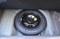 Под ковриком багажника вместительная ниша для полноразмерного запасного колеса