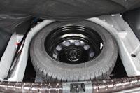 Под полом есть полноразмерное запасное колесо и органайзер