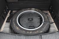Под полом багажника полноразмерная запаска