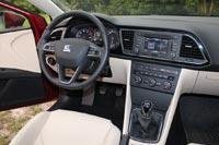 Центральная консоль чуть повернута к водителю – так удобнее искать нужную кнопку или переключатель.