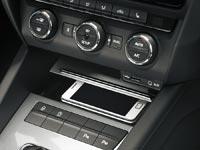 Полость для смартфона, расположенная под центральной консолью, закрывается сдвижной крышкой