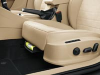 Под сиденьем водителя предусмотрен отсек, в котором хранится светоотражающий жилет