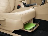 Под сиденьем переднего пассажира расположен универсальный бокс с откидной крышкой