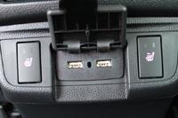 Есть подогрев сидений и USB разъемы для подзарядки