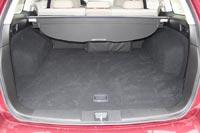 Внутренности багажного отделения обиты приятным ворсом, пол и стены не содержат бесполезных выпуклостей и углов.