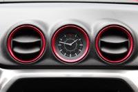 В отделке Vitara S повсюду встречаются элементы, обрамленные красной окантовкой