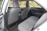 На заднем ряду сидений места очень много, кресла удобные, у них высокие подушки и оптимальный угол наклона спинок